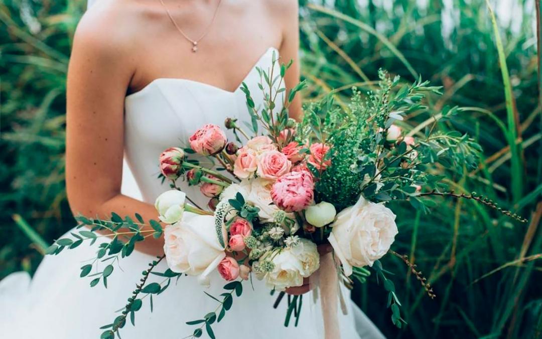 Un outfit nupcial perfecto con ramos de rosas